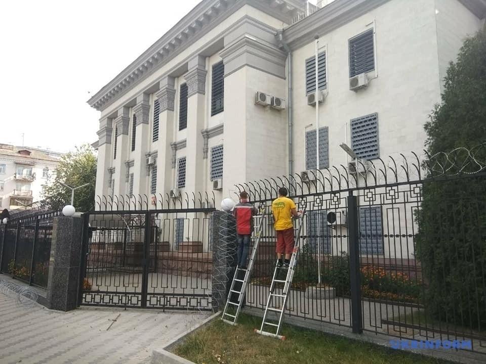 У Києві зняли колючий дріт із посольства Росії