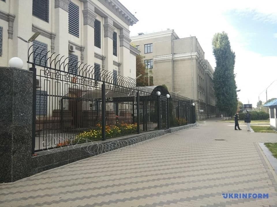 Дріт біля посольства Росії