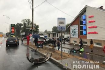 Поліцейський автомобілем влетів у зупинку: є загиблі та травмовані (фото)