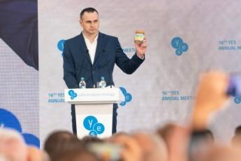 Звільнений політв'язень Сенцов відкрив конференцію YES та потужно звернувся до Зеленського (відео)