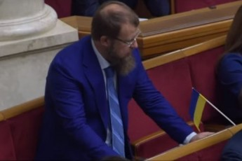 """Перший пішов: у Верховній Раді """"на гарячому"""" спіймали депутата за кнопкодавством (відео)"""