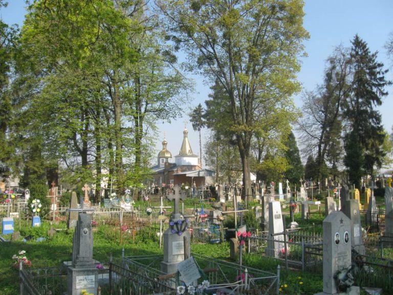 """""""Він вмер, йому по**й, що я тут роблю"""": дівчата влаштували цинічне шоу на кладовищі (відео)"""