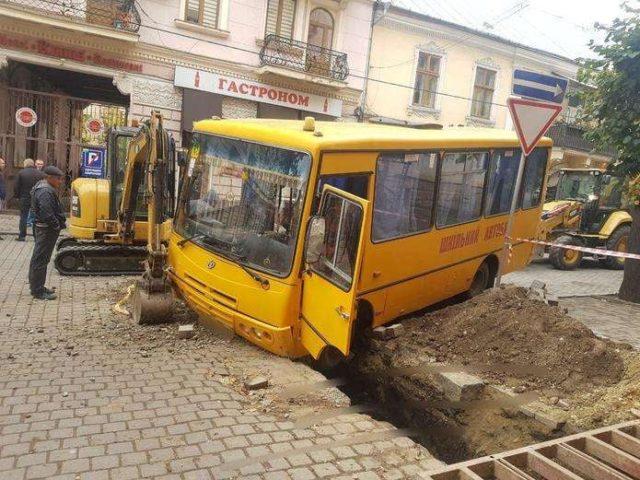 Школярі втиснулася в сидіння: автобус на повній швидкості потрапив у жахливу ДТП.
