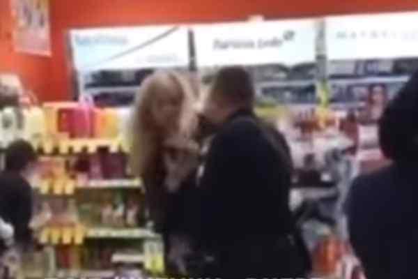 Наша поліція нас береже: У Дніпрі поліцейський у супермаркеті вдарив жінку по обличчю