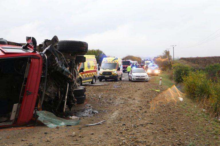 """""""На місце трагедії прибув прем'єр і міністр транспорту"""": Автобус зіткнувся з вантажівкою. 13 жертв і десятки у лікарнях"""