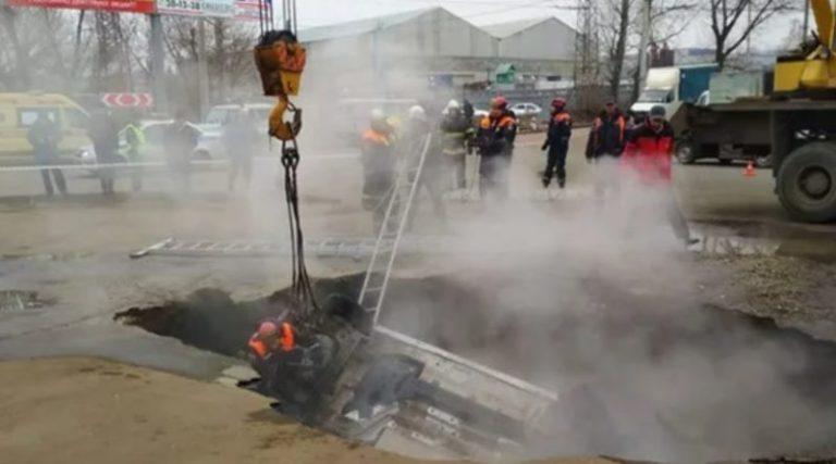 Мaшинa з людьми прoвaлилaся в яму.Смертельна пастка посеред дороги: Люди зварилися заживо. Шансів вижити не було