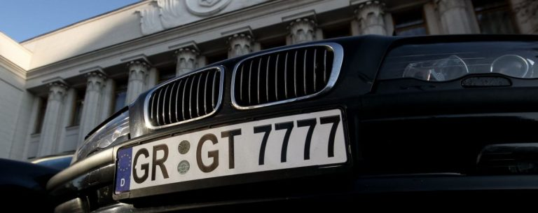 """Палаючий протест: власники """"євроблях"""" масово спалюють свої автомобілі (відео)"""