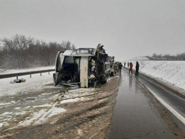 Зима атакує! Українські сім'ї потрапили в снігову пастку. Автобус розбився в жахливій ДТП
