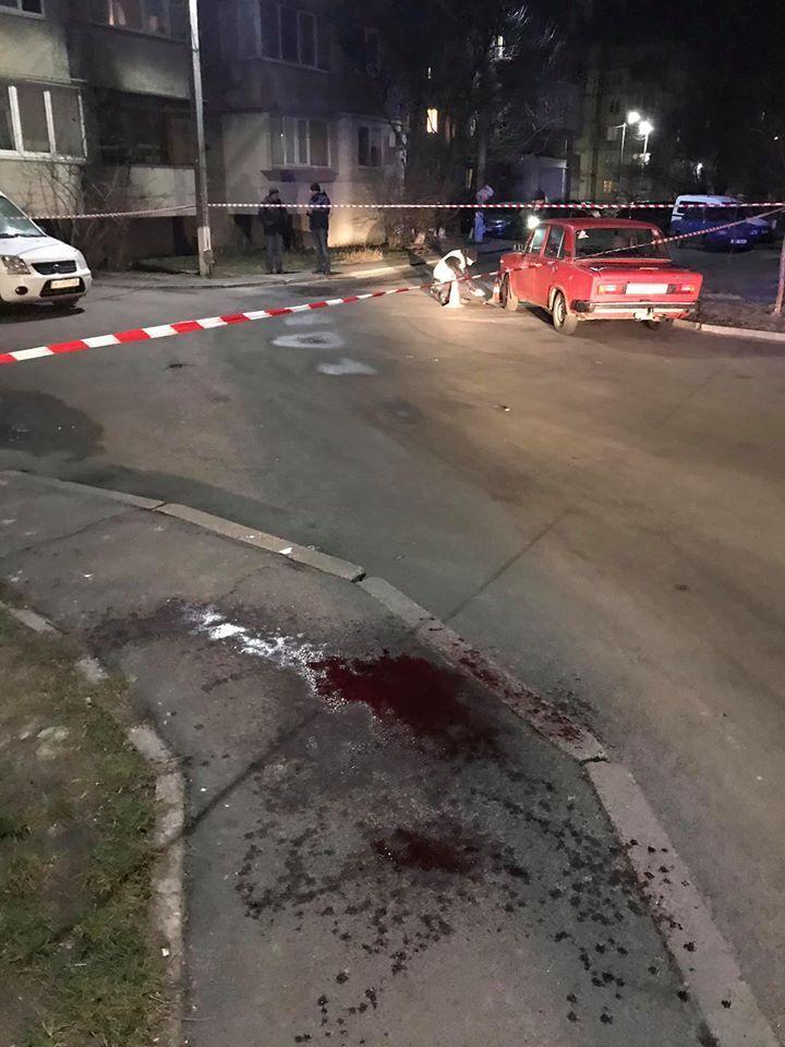 На дорозі калюжа крові: під Києвом у чиновницю випустили стріли.