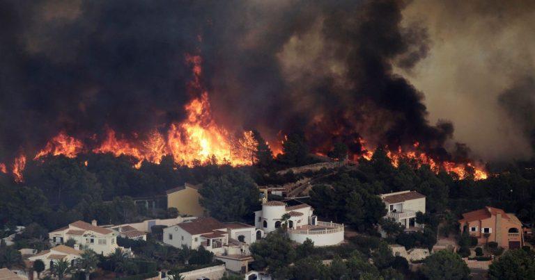 Хімічний завод вибухнув, отруйний дим огорнув місто, все у вогні: кадри і деталі катастрофи
