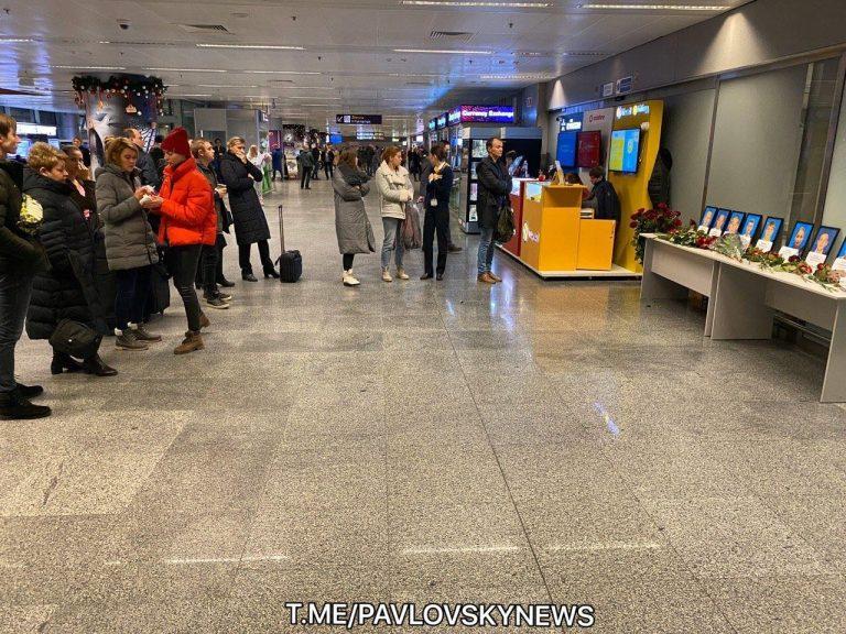 """В ареропорт """"Бориспіль"""" несуть квіти та свічки загиблим в авіакатастрофі (фото, відео)"""