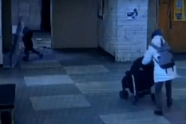 Дитина під дверима склалася навпіл: моторошна НП у лікарні Києва потрапила на відео