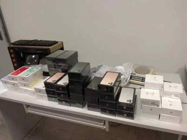 """Скарб на митниці. У """"Борисполі"""" знайшли сумку зі 113 iPhone. Забули"""