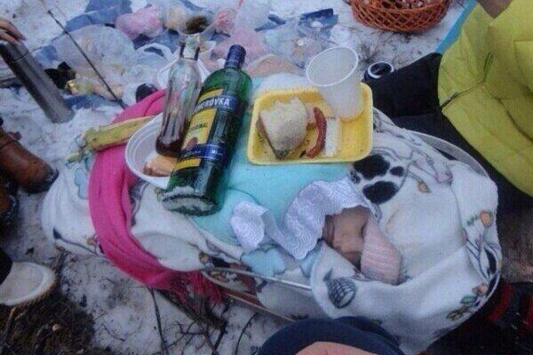 Матусі з РФ шокували фото з застіллям на сплячій дитині