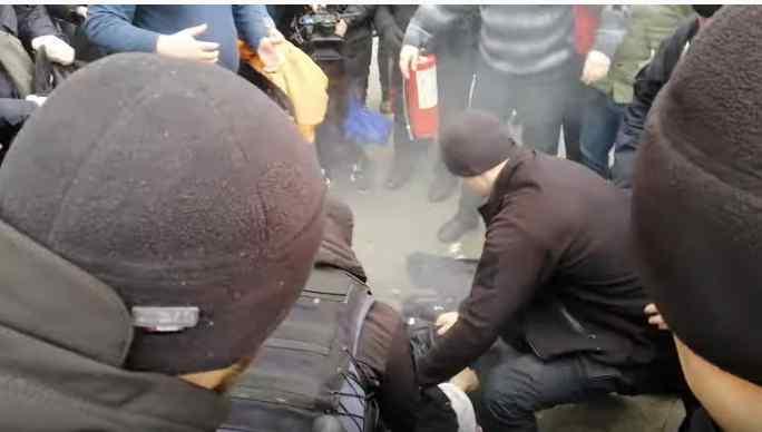 Чоловік скоїв самопідпал під Офісом Президента (відео)