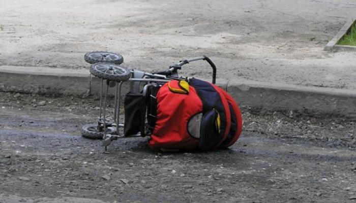 """На шаленій швидкості: під Запоріжжям водій збив коляску з немовлям на """"зебрі"""""""