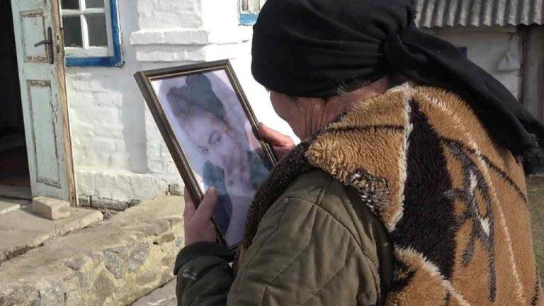 """""""Побачила куртку в колодязі"""": 18-річну дівчину жорстоко вбили у власному дворі. Мертве тіло знайшла мати. На глибині 20 метрів"""