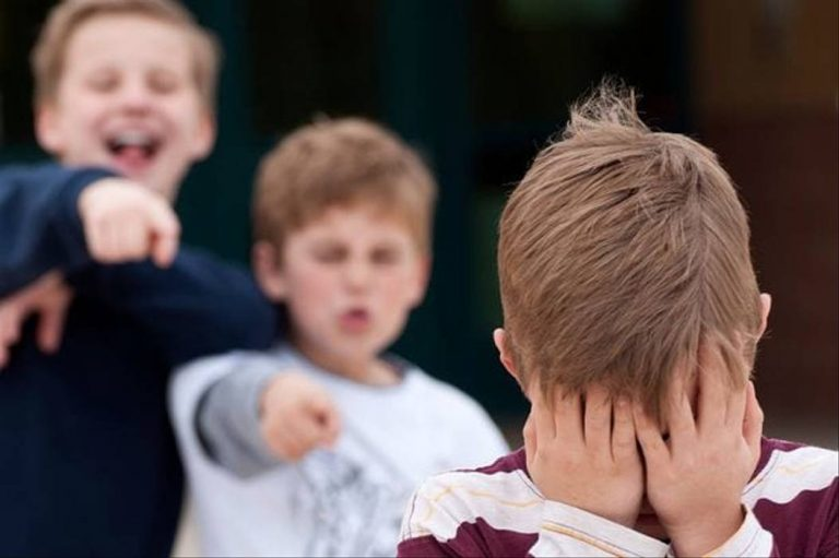 Вчитель стояв поряд: під Черкасами на уроці учні жорстоко розправилися з однолітком (відео)