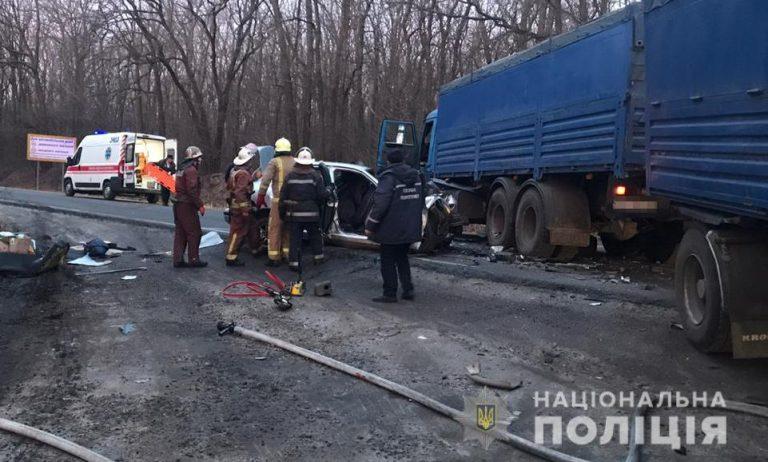 """""""Вантажівка розчавила легковик на швидкості"""": Моторошна аварія забрала 4 життя. шансів не було"""