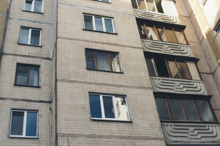 Переламаних забрала швидка: українка з 7-річною дочкою кинулася з 5 поверху — обоє вижили