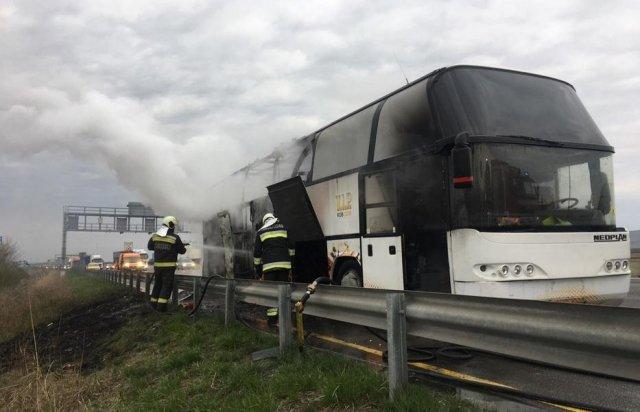 Крики та відчай: в Угорщині посеред траси спалахнув автобус, котрий віз українських заробітчан (фото, відео)