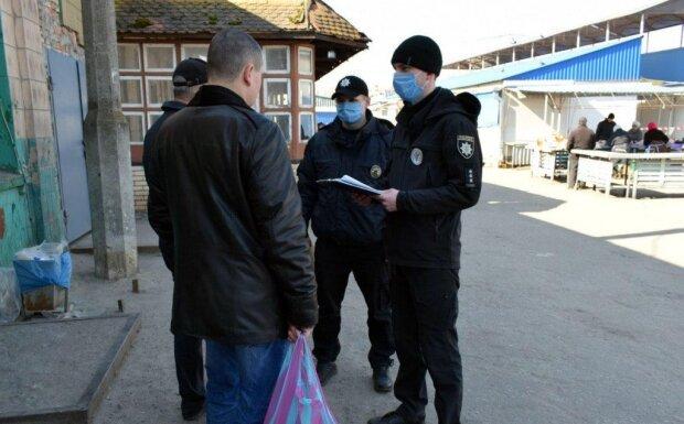 Поліцейські поставили на коліна жінку, яка йшла до аптеки за ліками – загрожує 34 тисячі штрафу