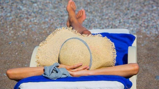 У МОЗ повідомили, чи рятує від коронавірусу засмагання на сонці