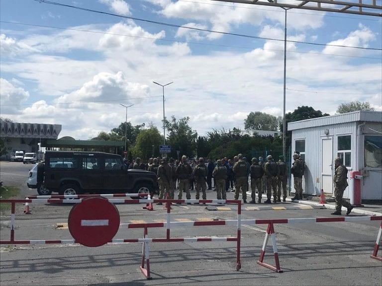 Понад 30 годин не можуть потрапити в Україну: на кордоні сотні автомобілів утворили величезну чергу (фото)