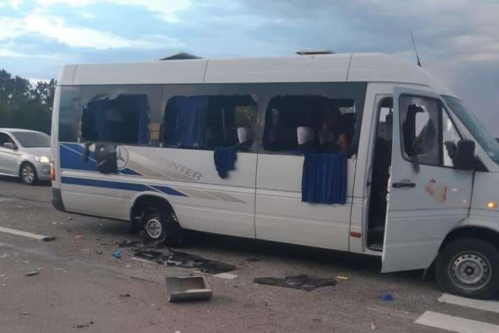 На трасі Київ-Харків невідомі розстріляли автобус. Люди у важкому стані
