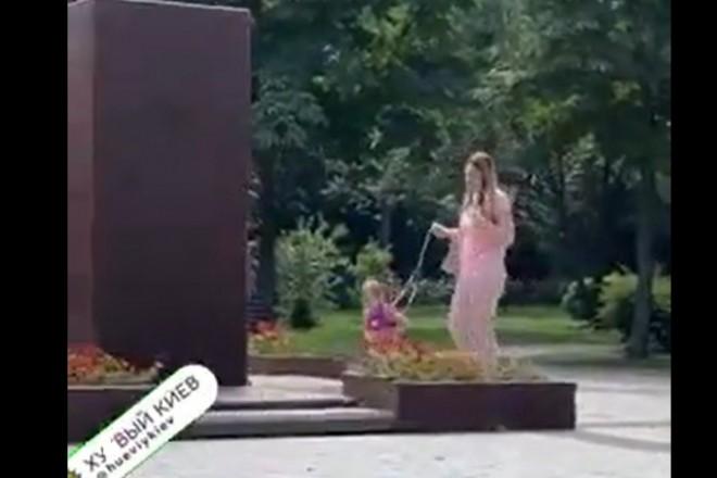 У Києві мама вигулювала дитину на повідку