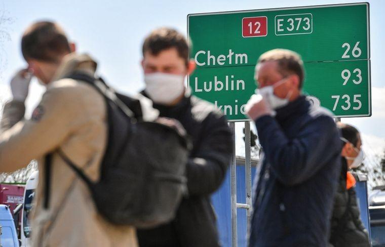 Посередник привіз у Польщу заражених коронавірусом працівників з України та кинув їх на призволяще