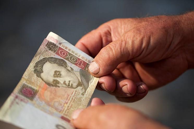 Українці можуть отримати компенсації за затримку зарплат та пенсій: що відомо