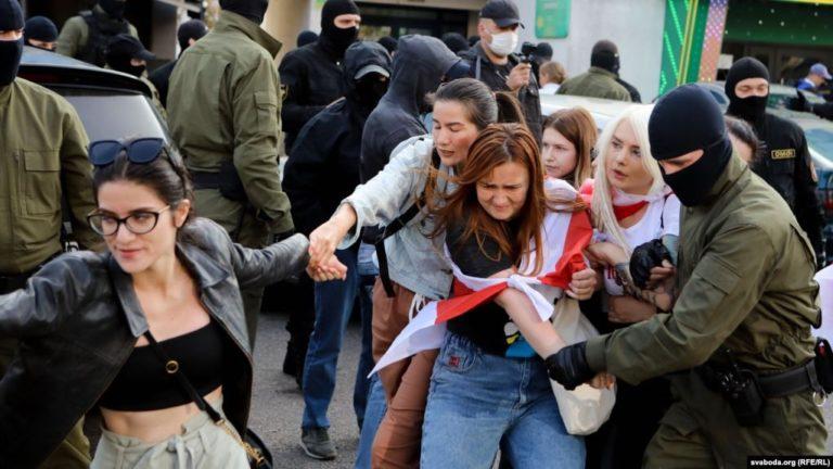У Мінську жіночий марш закінчився масовими затриманнями (фото, відео)