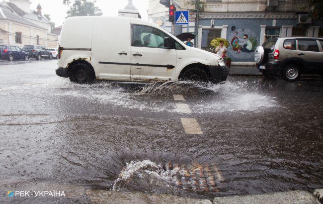 Потужними зливами затягне пів країни: де буде небезпечна погода