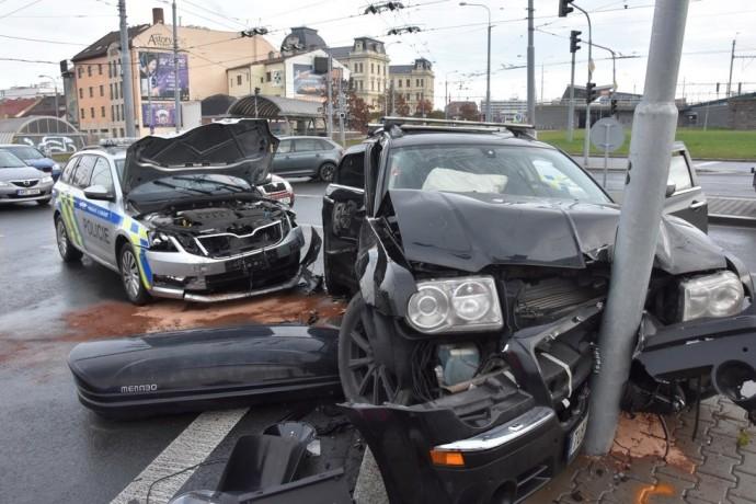 В Чехії українець на елітному авто не пропустив поліцейських з мигалками, що спричинило ДТП