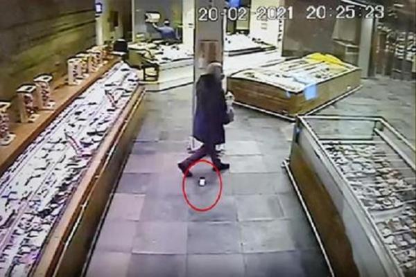 Розшукують чоловіка, що загубив у супермаркеті діаманти на 50 тисяч євро