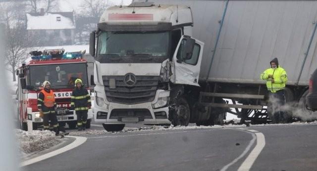 Зіткнулися два мікроавтобуси та вантажівка: у Чехії в моторошній аварії загинуло двоє українців