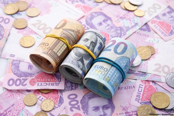 Кабмін обіцяє зрівняти зарплатню в Україні з Польщею та Словаччиною