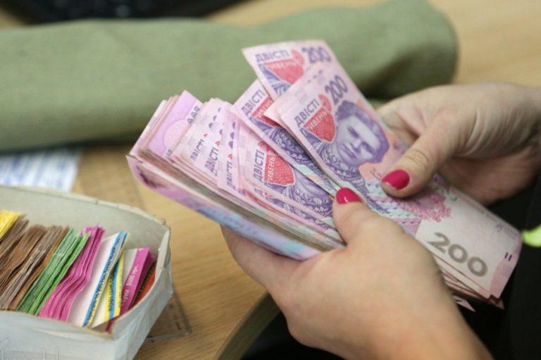 Українським освітянам підвищать заробітну плату
