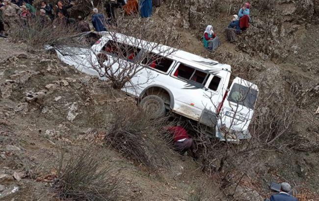 Жахлива ДТП в Туреччині: десятки людей зірвалися з 300 метрів у прірву (фото)