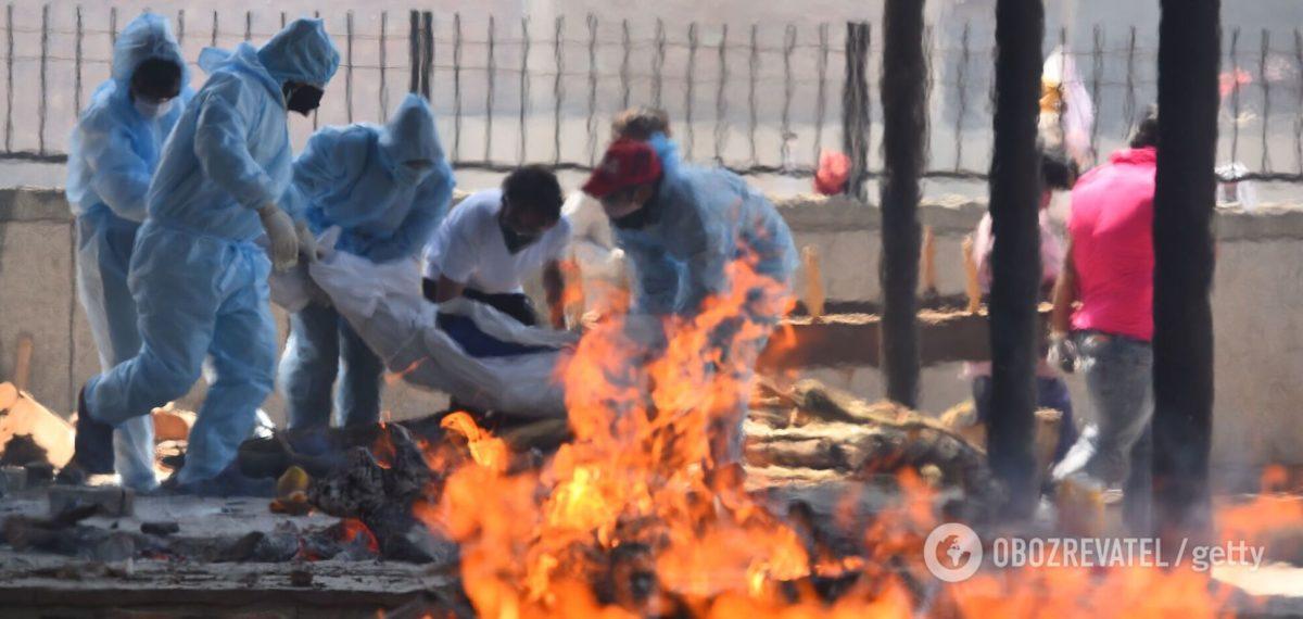 В Індії тіла загиблих від COVID-19 спалювали прямо на вулиці, крематорії – переповнені. Фото і відео