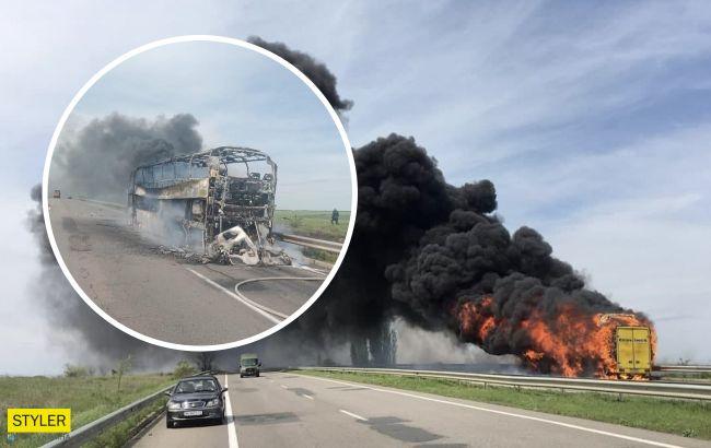 Під Одесою під час руху загорівся автобус з пасажирами: в небо піднялися клуби диму