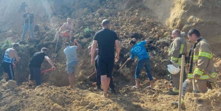 Під завалами можуть бути люди: в Одеській області на пляжі стався масштабний зсув (відео)