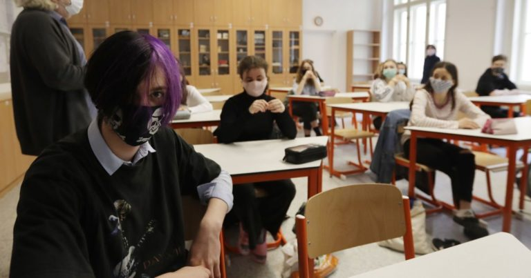 У Чехії під час занять майже два десятки школярів знепритомніли: що сталося