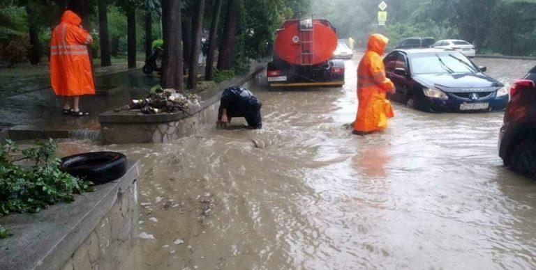 Масштабний потоп у Ялті: місто знеструмлене після НП, є перші жертви (відео)