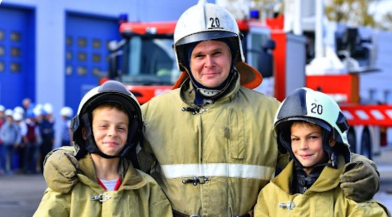 Денис і Андрій Любимові врятували життя жінки і її маленьких дітей, витягнувши їх з палаючого будинку