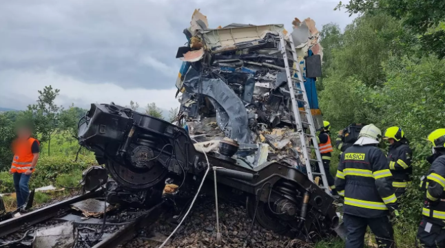 Пів сотні постраждалих. У Чехії два пасажирські потяги потрапили в аварію. Фото