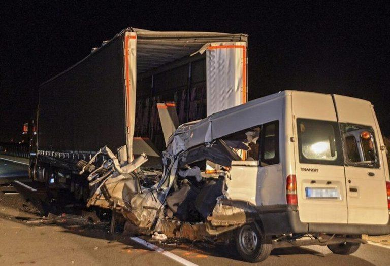 В Угорщині мікроавтобус влетів у вантажівку: серед загиблих є українці