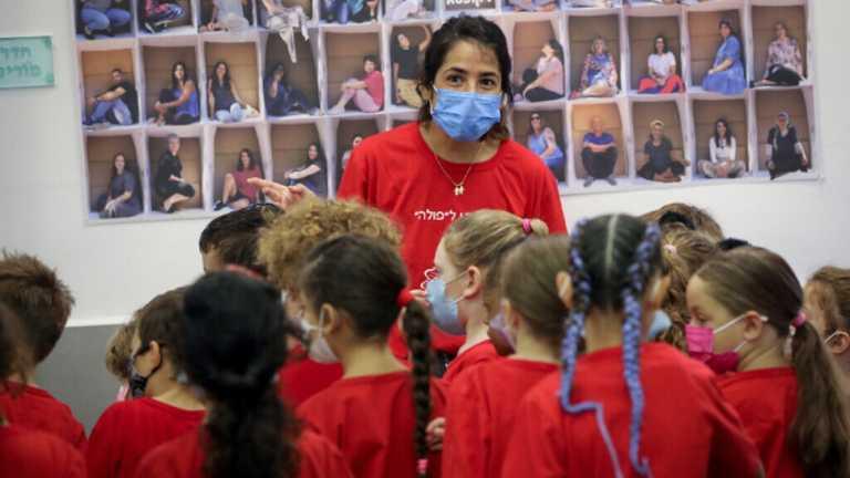 В Ізраїлі невакцинованим вчителям заборонили працювати у школі і не виплачують зарплату