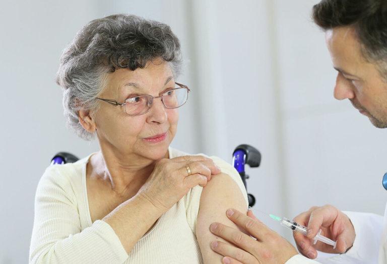 Вчені з'ясували, як вакцинація впливає на імунітет жінок і чоловіків